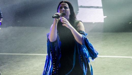 A vocalista e chefe geral do Evanescence, Amy Lee, aclamada o tempo todo durante o show no Rio