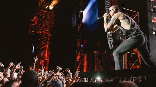 Headliner, sim: Chester Bennington agita o público na beirada do palco do Maximus Festival