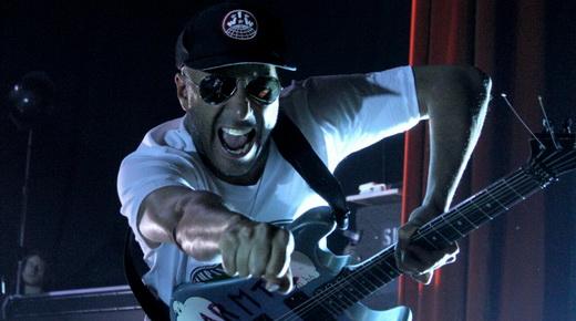O guitarrista do Prophets Of Rage, Tom Morello, e o punho cerrado que caracteriza sua trajetória