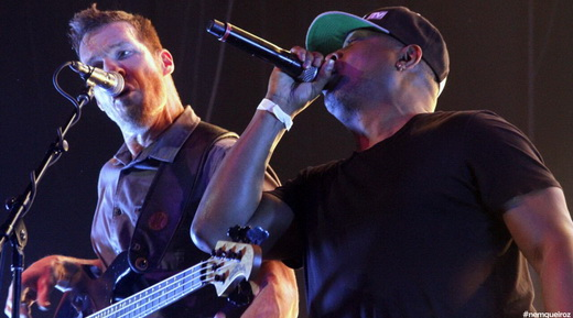 O baixista Tim Commerford, do RATM, dá uma força no vocal para Chuck D, do Public Enemy