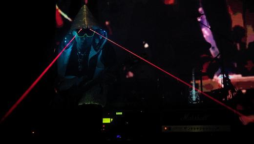Uma coisa só: a entrada no palco, com 'óculos de laser', sugere a fusão do guitarrista com a guitarra