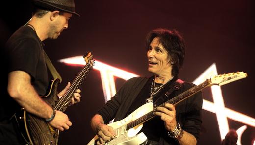 Steve Vai duela com o guitarrista Dave Weiner em várias partes do show, com entusiasmo de iniciante