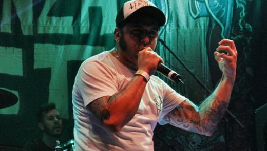 O impagável vocalista do DFC, Túlio: grupo se enrolou com o set list, mas não deixou de fazer ótimo show