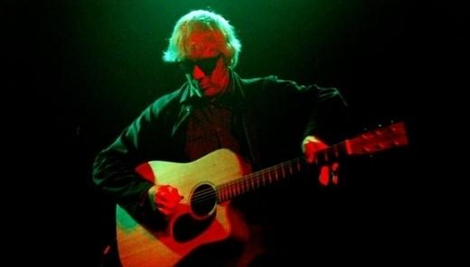 O ex-guitarrista do Sonic Youth, Lee Ranaldo, solitário com o violão conectado  a uma grande pedaleira