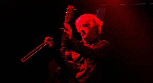 Sonic Youth? O guitarrista no encerramento do show, destruindo as cordas de um dos violões com um arco