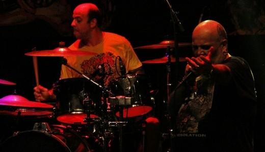 O baterista Boka, 'impositor' da velocidade abissal que desafia os outros três integrantes do RDP