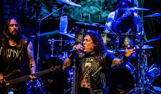 Potência total: o baixista Steve Di Giorgio, Chuck Billy e o baterista Gene Holgan, no fundo