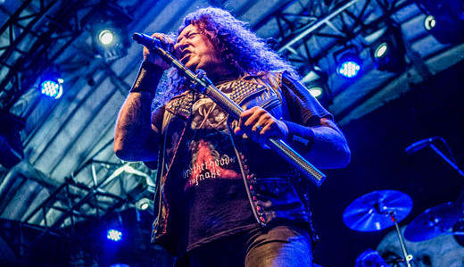 O vocalista do Testament, Chuck Billy, usa o peculiar mini pedestal ao cantar no Circo Voador