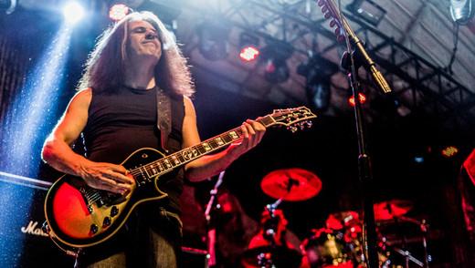 O guitarrista Alex Skolnick, reafirmando com técnica, potência e feeling, sua relevância no thrash metal