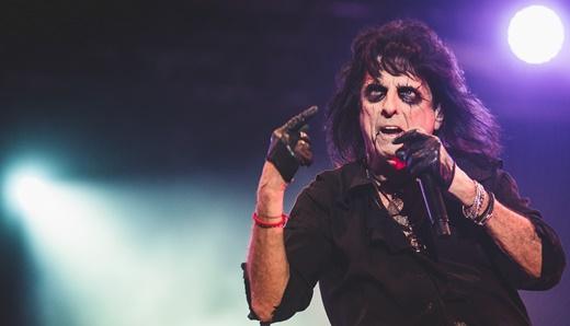 Mestre do rock horror, Alice Cooper mostra plena forma em um show conhecido, mas surpreendente