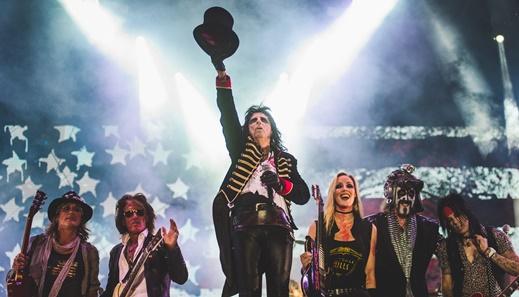 Alice Cooper agradece ao público no final, já com Joe Perry e Arthur Brown entre os músicos da banda