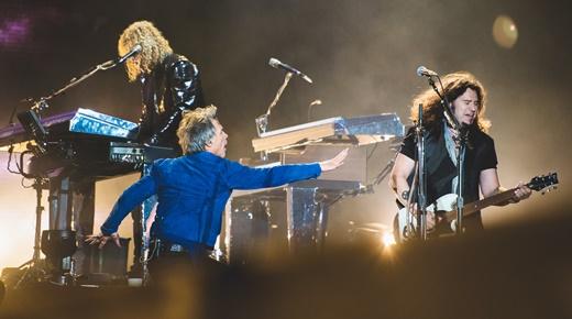 O tecladista David Bryan e o ótimo guitarrista Phil X são 'regidos' por Jon Bon Jovi durante o show