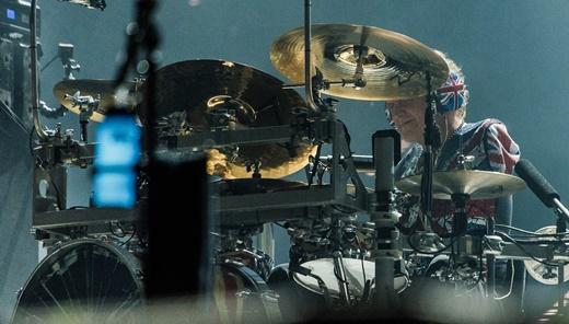 O baterista Rick Allen com o kit adaptado para tocar com um braço; banda cancelou a vinda em 1985