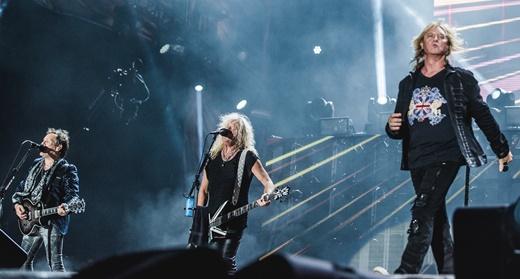O guitarrista Vivian Campbell, o baixista Rick Savage  e Joe Elliott: paradões demais no palco