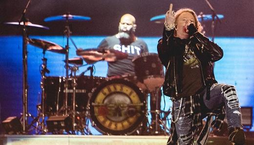 O vocalista do Guns N'Roses, Axl Rose, cumprimenta singelamente o público do Rock In Rio