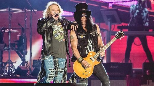 Axl Rose e o guitarrista Slash, figura central da extensa apresentação do Guns N'Roses no Palco Mundo