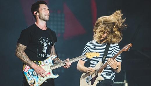 Levine tira onda de guitarrista ao lado de James Valentine, com sua inseparável camiseta listrada
