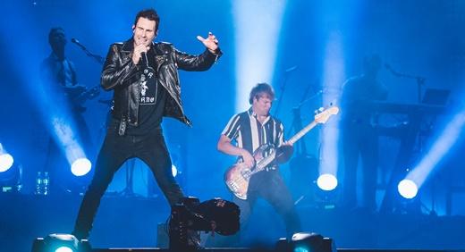 Adam Levine na beirada do palco, ao lado do discreto, mas eficiente baixista Mickey Madden