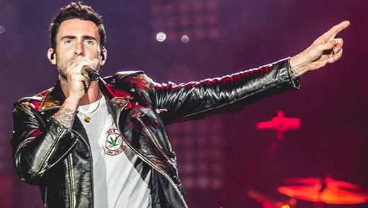Junto aos fãs: o vocalista Adam Levine, seguindo fielmente o roteiro do show do Maroon 5