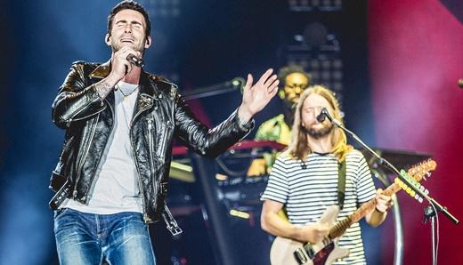 Levine divide as atenções com o guitarrista James Valentine, espécie de maestro do Maroon 5
