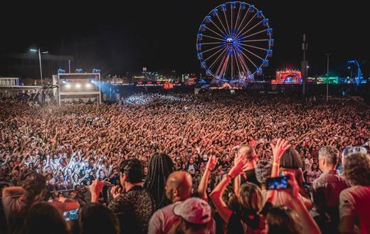 Imagem do espetáculo da plateia no show de Nile Rodgers, já com o palco invadido por bajuladores