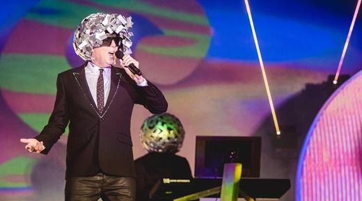 Neil Tennant com o capacete de limalha de aço, um dos figurinos adotados no show do Pet Shop Boys