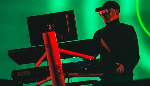 Chris Lowe, o verdadeiro mago das sonoridades eletrônicas pioneiras do Pet Shop Boys em ação