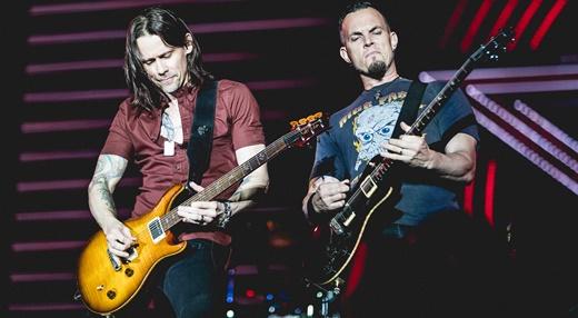 Kennedy e o guitarrista Mark Tremonti solando lado a lado, em duelos que marcaram a apresentação