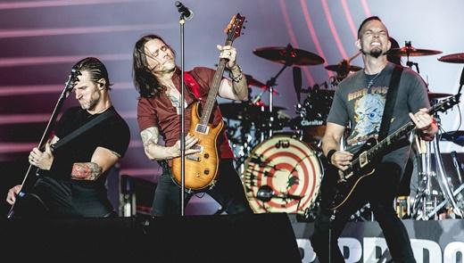 O baixista Brian Marshall ao lado das guitarras de Myles Kennedy e Mark Tremonti: groove garantido