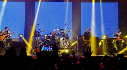 Paisagem do palco com o cenário da turnê do novo álbum, 'Sinais do Sim', e os telões no fundo