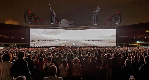A imagem da estrada que parece se movimentar em direção ao público, no início de 'Elevation'