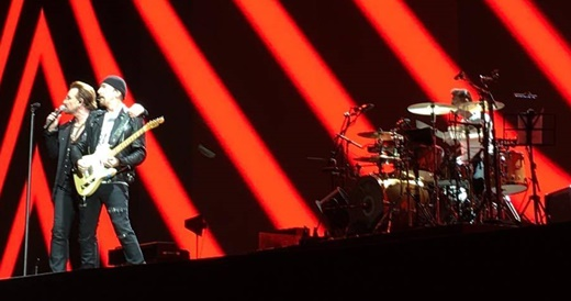 O guitarrista The Edge, o vocalista Bono e o baterista Larry Mullen Jr., durante a bem recebida 'Vertigo'