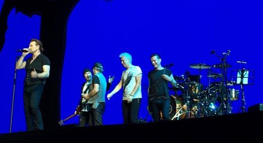 A banda se despedindo após a segunda parte do show, com o produtor Daniel Lanois, ao lado de The Edge