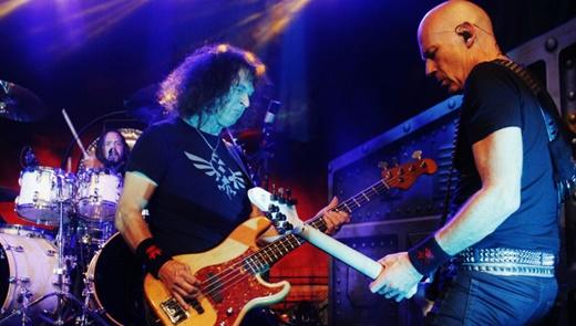 Baltes e o guitarrista Wolf Hoffmann tocando lado a lado no show do Accept, neste sábado, no Rio