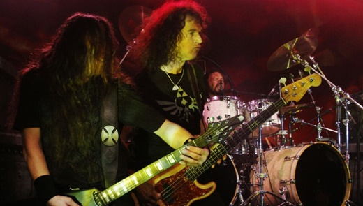 O guitarrista Uwe Lulis (ex-Grave Digger), Peter Baltes e o batera Christopher Williams, lá atrás