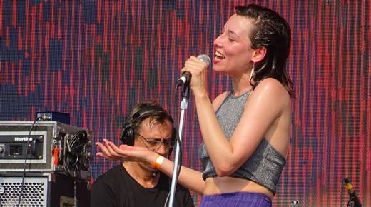 A performática vocalista do Carne Doce, Salma Jô, suando em bicas na tarde do Popload Festival
