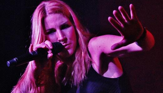 A vocalista do Delain, Charlotte Wessels, protagonista com ótima voz e simpatia mezzo tímida