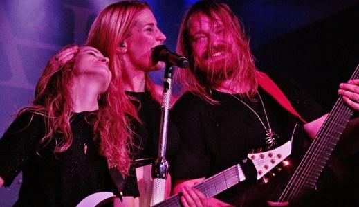 Wessels se diverte entre Bechtold e o guitarrista Timo Somers: mais cordas do que é possível tocar