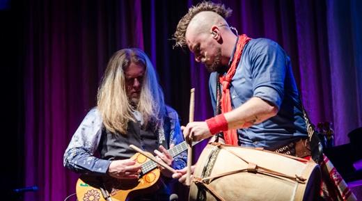 Humberto fazendo dupla com o bom baterista Rafa Bisogno, espécie de punk de bombachas