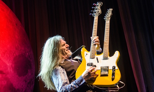Imagem marcante: Humberto Gessinger empunha o instrumento metade baixo, metade guitarra