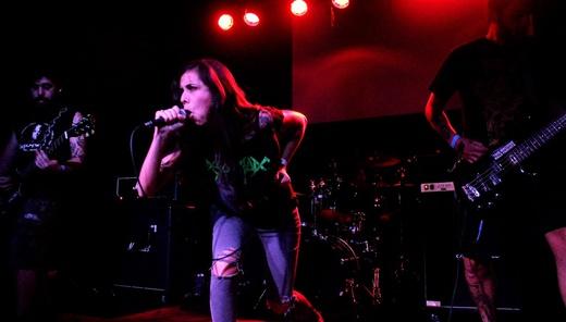 O engajamento do Manger Cadavre?, com a boa vocalista Nata de Lima, que cospe tijolos no palco