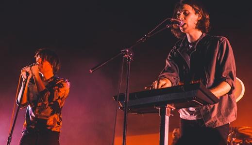 Thomas Mars canta o lado do tecladista Robin Coudert: banda melhor ao vivo do que em outros tempos