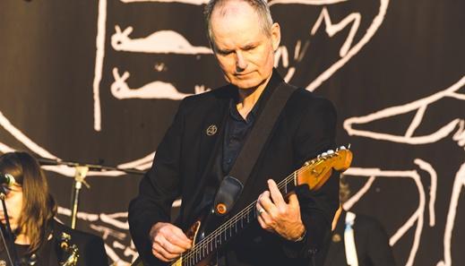 Parceiro de longa data, John Parish é um os mais aplaudidos entre os nove músicos da banda de PJ