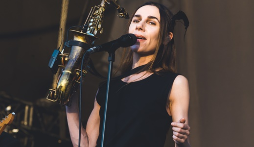 Imagem icônica para guardar na memória: PJ Harvey canta e segura o saxofone em uma das mãos