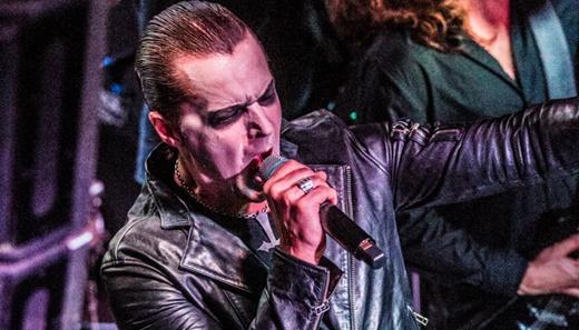 O vocalista do Satyricon, Sigurd 'Satyr' Wongraven, que rege o público em tom quase professoral