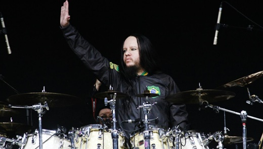 Joey Jordison, ex-baterista do Slipknot, cumprimenta o público antes do início do show do VIMIC