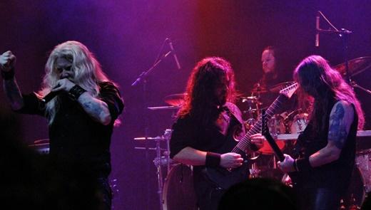 O vocalista Kalen Chase e o guitarristas Steve Marshall e Jed Simon, com Joey Jordison no fundo
