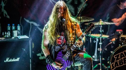 Zakk Wylde canta uma das músicas do Black Sabbath com a típica guitarra com motivos circulares