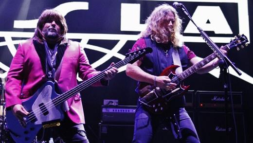 Brian Wheat, que troca de baixo como quem troca de guitarra, e Frank Hannon agitando no show