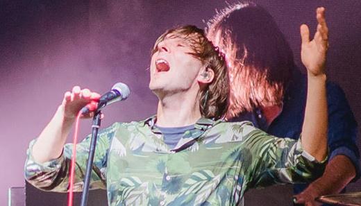 O vocalista do Phoenix, Thomas Mars, esbanja carisma em show com grande interação com o público